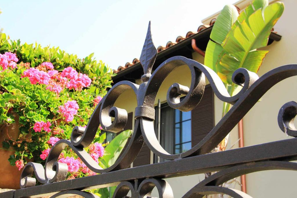 Steel gate top