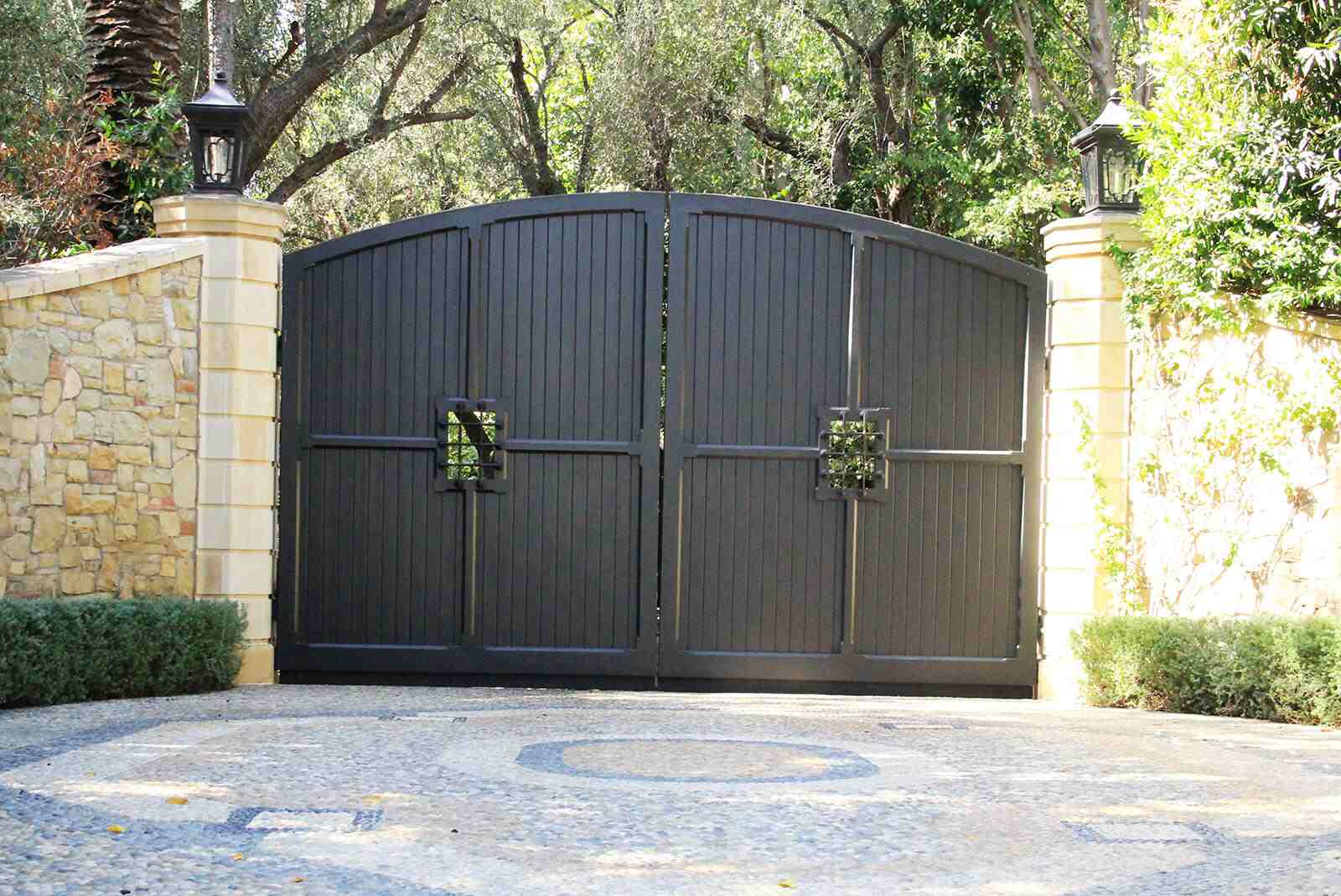 Bifold steel gate with vertical wood inserts